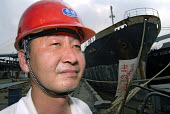 Chinese worker in a wharf in Pudong, Shanghai - Timm Sonnenschein - 17-08-2006