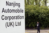 MG Rover, Nanjing Automobile Corporation (UK) Ltd sign with a Chinese businessman, Longbridge, Birmingham - Timm Sonnenschein - 29-05-2007