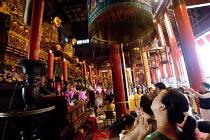 Devotion and prayer, Jade Buddha Temple, Shanghai - Timm Sonnenschein - 30-07-2010