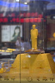 A golden Mao Zedong icon on display in a gold and jewellery shop. China - Timm Sonnenschein - 29-07-2011