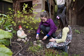 Children burying a dead gerbil in their back garden, Birmingham - Timm Sonnenschein - 31-03-2014