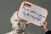 Statue of John Bright says Brum needs a pay rise, pay the living wage, Birmingham Museum and Art Gallery. Make Birmingham a Living Wage City. Becca Kirkpatrick, Citizens UK Birmingham and Rob Johnston... - Timm Sonnenschein - 26-02-2015