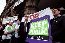 Dave Prentis UNISON gen sec protests with nurses from the Royal london Hospital against PFI privatisation. - Paul Mattsson - 19-09-2001