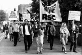 Royal Shakespeare Company actors protest against the invitation of South African Embassy to take part in the annual Shakespeare Birthday Celebrations Stratford upon Avon April 1987. Fifty countries pu... - John Harris - 29-04-1987