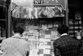 Men looking at pornographic magazines in a shop window, Soho, London, 1968 - Romano Cagnoni - 24-06-1968