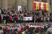 Families and supporters of the 96 victims of the Hillsborough disaster, commemorative vigil, Liverpool. Singing You will never walk alone - John Harris - 27-04-2016