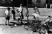Children playing in th aftermath, Notting Hill race riots, London 1958 - Alan Vines - 24-09-1958