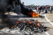 Burning tyres as CGT pickets blockad oil refinery, Fos sur Mer. Unions strike against proposed labor reforms, France - Ian Hanning - 23-05-2016