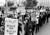 Supporters of Biafra protest against the British Government supplying arms to Nigeria during the Civil War, London, 1968 - Romano Cagnoni - 23-06-1968
