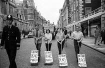 Demonstration aagainst the Vietnam War, Trafalgar Square to Hyde Park, London, 1967. - Patrick Eagar - 1960s,1967,activist,activists,against,anti,anti war,Antiwar,anti-war,CAMPAIGN,campaigner,campaigners,CAMPAIGNING,CAMPAIGNS,cities,City,DEMONSTRATING,Demonstration,DEMONSTRATIONS,FEMALE,highway,London,