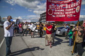 Burlington, USA Migrant farm workers and supporters march to Sakuma Brothers Farms, a large berry grower. After three years of strikes and boycotting of Sakuma Berries, Driscolls and Haagen Dasz, the... - David Bacon - 11-07-2016