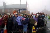 Working class royalists waiting for the arrival of the Queen in Easington Colliery on the second day of her jubilee tour to the nort-east of England.Easington Colliery, Co Durham, the former mining to... - Mark Pinder - 08-05-2002