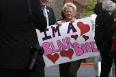 A supporter of Tony Blair attending his resignation timetable announcement rally holds up a placard proclaiming herself a Blair Babe. Trimdon Labour club, Trimdon, Co Durham, UK, 10/5 2007. - Mark Pinder - 2000s,2007,club,clubs,County Durham,placard,PLACARDS,POL politics,rallies,rally,resignation,supporter,TIME,timetable,woman women