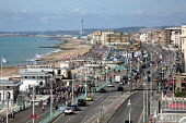 Packed beach front on a hot Autumn day, Brighton. - Jess Hurd - 11-09-2016