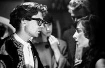 Playwright John Arden talking with actress Tamara Hinchco, London 1959 - Alan Vines - 23-10-1959
