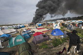 Fires rage during the eviction of refugees in the Jungle camp, Calais, France. - Jess Hurd - France,2010s,2016,authorities,BAME,BAMEs,Black,BME,bmes,burn,burning,BURNS,Calais,camp,camps,DEMOLISH,DEMOLISHED,demolition,DEVELOPMENT,Diaspora,displaced,diversity,ethnic,ethnicity,eu,Europe,european