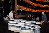 Stage hands changing the set on the Main stage at the Covent Garden Royal Opera House in preparation for the evening's performance - Stefano Cagnoni - 23-06-2008