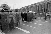 Brixton riots, London 1981. Police moving in to try and retake control of the area - Peter Arkell - 12-04-1981
