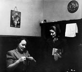 Women at home in an pit village, County Durham, 1948 - Elisabeth Chat - 01-06-1948