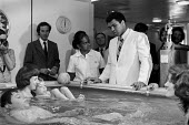 Muhammad Ali visiting Great Ormond Street Hospital London 1977. Water therapy centre at the famous London childrens hospital - NLA - 11-08-1977