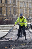 London Police Officers laying out a Talon spiked net outside Parliament to prevent vehicle terror attacks against crowds attending major events. The nets are capable of stopping lorries weighing up to... - Stefano Cagnoni - 02-10-2017