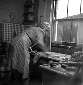 Miners wife washing clothes in the kitchen, Easington 1948 - Elisabeth Chat - 01-06-1948