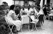 Devon 1959 Holidaymakers enjoying a drink together at a country pub while on their annual summer vacation in Loddiswell near Kingsbridge - Alan Vines - 13-08-1959