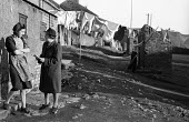 Woman from Easington Rural District Council conducting survey with miners wife Shotton in County Durham 1948. The local new town of Peterlee emerged from the New Towns Act following pressure from the... - Elisabeth Chat - 01-06-1948