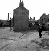 Old man walking along back streets Warrington 1949 - Elisabeth Chat - 1940s,1949,alone,bridge,chimney,CHIMNEYS,cobbles,cobblestones,deserted,excluded,exclusion,HARDSHIP,house,houses,Housing,impoverished,impoverishment,industrial town,INEQUALITY,jobless,jobseeker,jobseek