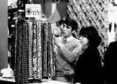 Fashionable young couple shopping, the Kings Road, Chelsea London 1964 - Romano Cagnoni - 11-06-1964