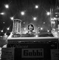 Woman selling Gobbi ice cream, parlour at night Paris 1961 - Romano Cagnoni - 13-05-1961
