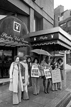 London 1974 Croupiers on strike, Playboy Club Casino, Park Lane - NLA - 18-10-1974