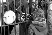 Imperial Typewriters factory occupation Hull 1975. Workers locking the factory gates, strike and occupation of Imperial Typewriters against job losses and closure by an American multinational - NLA - 21-02-1975
