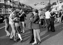 Silver Jubilee of Queen Elizabeth II, Dancing at a street party Ruslip, London 1977 - David Mansell - 07-06-1977