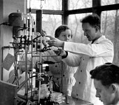 Teacher and pupils, Chemistry lesson, Secondary school London 1949 - Elisabeth Chat - 24-04-1949