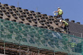 Roofers putting tiles onto new housing, Stratford upon Avon, Warwickshire - John Harris - 2010s,2018,apartment,apartments,Brownfield Site,building,building site,buildings,Construction Industry,EBF,Economic,Economy,employee,employees,Employment,flat,flats,housing,job,jobs,LBR,newbuild,peopl