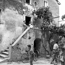 Women talking outside a traditional stone farmhouse Tuscany, Italy 1958 - Romano Cagnoni - 13-05-1958