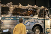 Memphis, Tennessee USA The National Civil Rights Museum at the Lorraine Motel where Martin Luther King was assassinated in 1968. A burned out Greyhound bus tells the story of the Freedom Riders who we... - Jim West - 25-04-2018