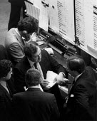 Busy traders, The Stock Exchange London 1982 - John Harris - 06-12-1982