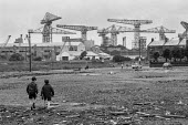 Children playing, Crnes of Upper Clyde Shipyards, Glasgow 1971 - Martin Mayer - 23-06-1971