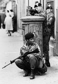 British Army patrolling the streets of the protestant enclave of the Fountains area, Derry, Northern Ireland 1978 - David Mansell - 12-08-1978