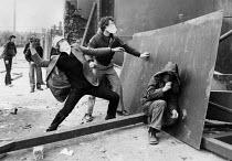 Rioting, The Bogside, Derry, Northern Ireland 1981 after the death of IRA prisoner Bobby Sands on hunger strike - David Mansell - 06-05-1981