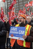 Windsor, Ontario, Canada: GM Car workers protest closure of Oshawa plant. Members of the Unifor Trade union rally opposite the General Motors headquarters in Detroit to protest GM's plan to close the... - Jim West - 2010s,2019,activist,activists,against,assembly,automotive,CAMPAIGN,campaigner,campaigners,CAMPAIGNING,CAMPAIGNS,Canada,Car Industry,carindustry,close,closed,closing,closure,closures,deindustrialisatio