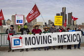 Windsor, Ontario, Canada: GM Car workers protest closure of Oshawa plant. Members of the Unifor Trade union rally opposite the General Motors headquarters in Detroit to protest GM's plan to close the... - Jim West - 2010s,2019,activist,activists,against,assembly,automotive,banner,banners,CAMPAIGN,campaigner,campaigners,CAMPAIGNING,CAMPAIGNS,Canada,Car Industry,carindustry,close,closed,closing,closure,closures,dei