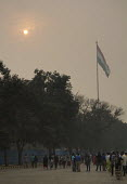 Air pollution in India. Sun shining through smog at Pakistan border. Crowds gather below Indian flag before the daily flag ceremony. Air pollution in India is a serious issue with the major sources be... - Martin Mayer - 01-11-2018