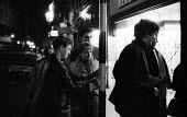 Young people outside Jazz club 1961 near Piccadilly Circus, West End, London - Romano Cagnoni - 11-09-1961