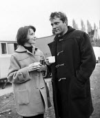 Richard Burton, Claire Bloom on a break film set of Look Back in Anger, 1959 a street market in Romford - Romano Cagnoni - 28-03-1959