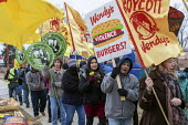 Ypsilanti, Michigan USA: Coalition of Immokalee Workers protest at a Wendy's fast food restaurant, asking the company to pay more for the Florida tomatoes to improve wages for Florida farmworkers, who... - Jim West - 2010s,2019,activist,activists,against,AGRICULTURAL,agriculture,BAME,BAMEs,BME,bmes,boycott,boycott Wendy's,burger,burgers,CAMPAIGNING,CAMPAIGNS,catering,CIW,Coalition,Coalition of Immokalee Workers,co