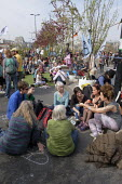 Discussion group. Extinction Rebellion climate change campaigners occupy Waterloo Bridge, London - Philip Wolmuth - 18-04-2019