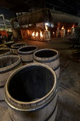 Louisville, Kentucky, USA: Workers at Kelvin Cooperage making oak barrels for aging bourbon and wine. Barrels are charred to add flavor during the aging process. - Jim West - 2010s,2019,american,americans,barrel,barrel maker,barrel making,barrels,bourbon,burn,burning,BURNS,capitalism,cask,casks,char,charring,condition,conditioning,cooper,cooperage,coopers,EBF,Economic,Econ